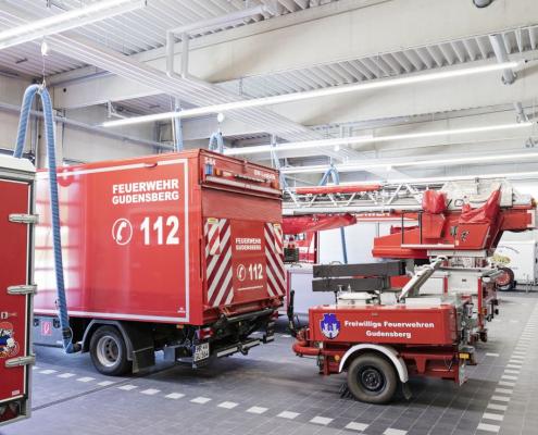 Fahrzeughalle mit LED-Lichtbändern
